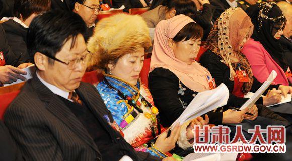 省十二届人大三次会议开幕 与会代表听取政府工作报告