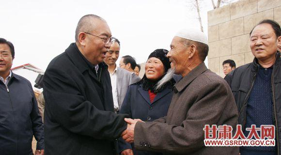 省人大常委会副主任嘉木样·洛桑久美·图丹却吉尼玛在临潭县城关镇范家咀村看望困难户丁阿西叶一家。