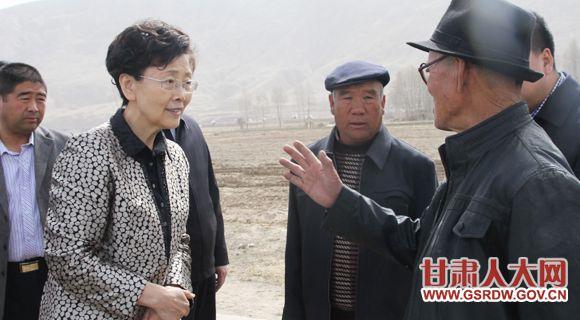 在武威市凉州区张义镇调研双联工作时,省人大常委会副主任、党组成员李慧询问当地村民的生活情况。