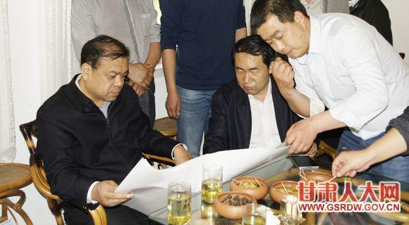 省人大常委会副主任、党组成员马青林(左一)在联系企业陇南田园油橄榄科技开发有限公司,与相关人员共商企业发展大计。