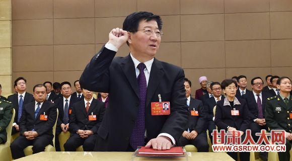 1月13日下午,新当选的省人大常委会副主任王玺玉进行宣誓