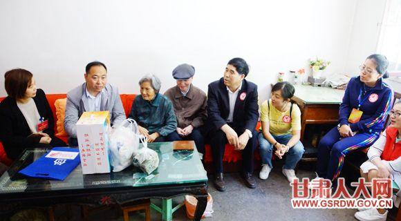 5月27日,省人大机关党员志愿者服务队参加社区端午节主题活动