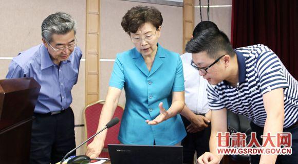 7月3日,省人大常委会副主任李慧在省卫计委察看网络办理代表建议情况
