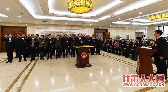 1月30日上午,省十三届人大常委会第一次会议任命和决定任命人员进行宪法宣誓