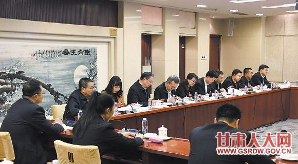 近日,出席十三届全国人大一次会议的甘肃代表团人大代表,对提交大会的各项工作进行认真审议。