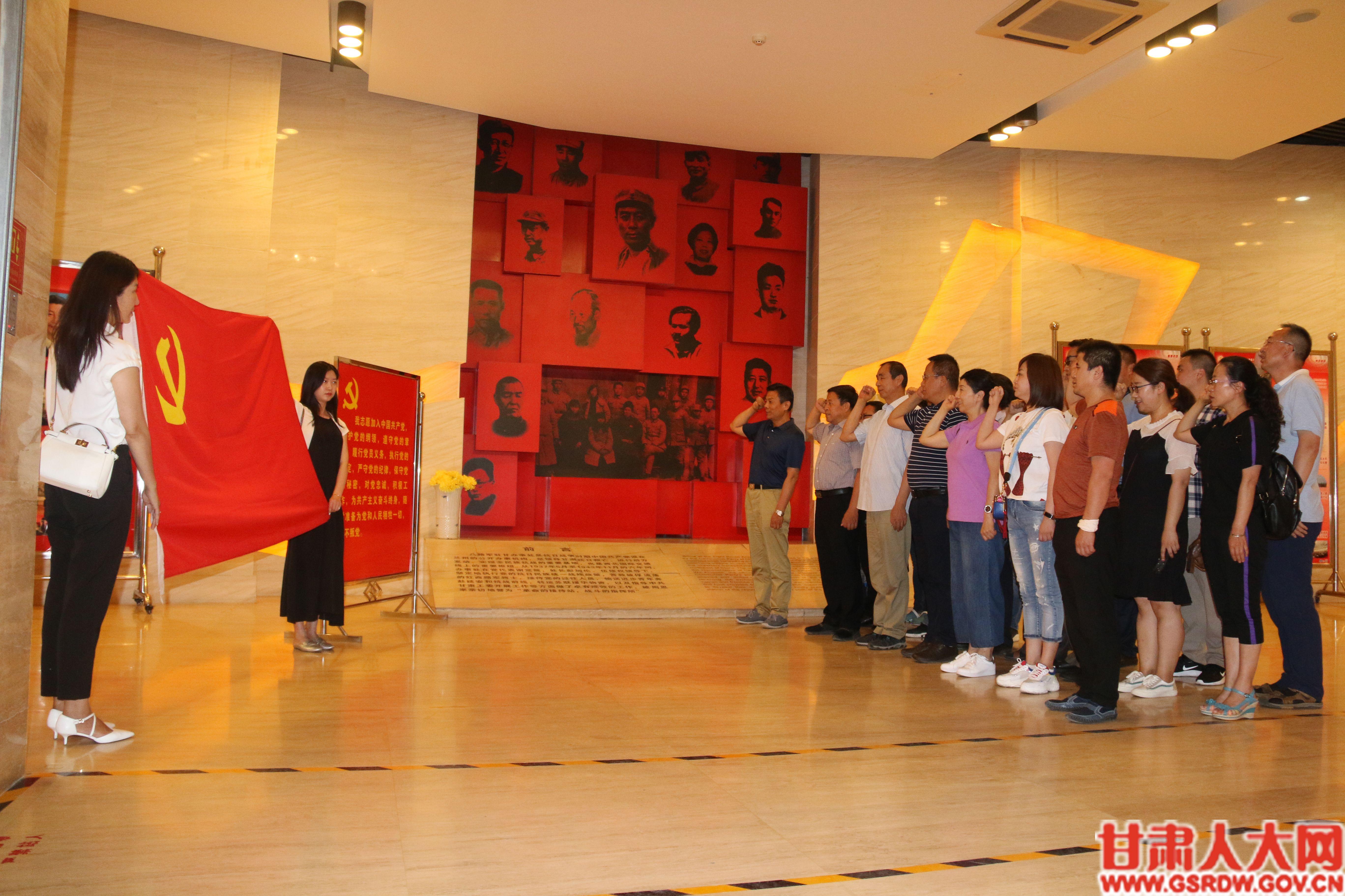 7月4日下午,省人大常委会办公厅接待处党支部和研究室党支部参观了八路军办事处旧址