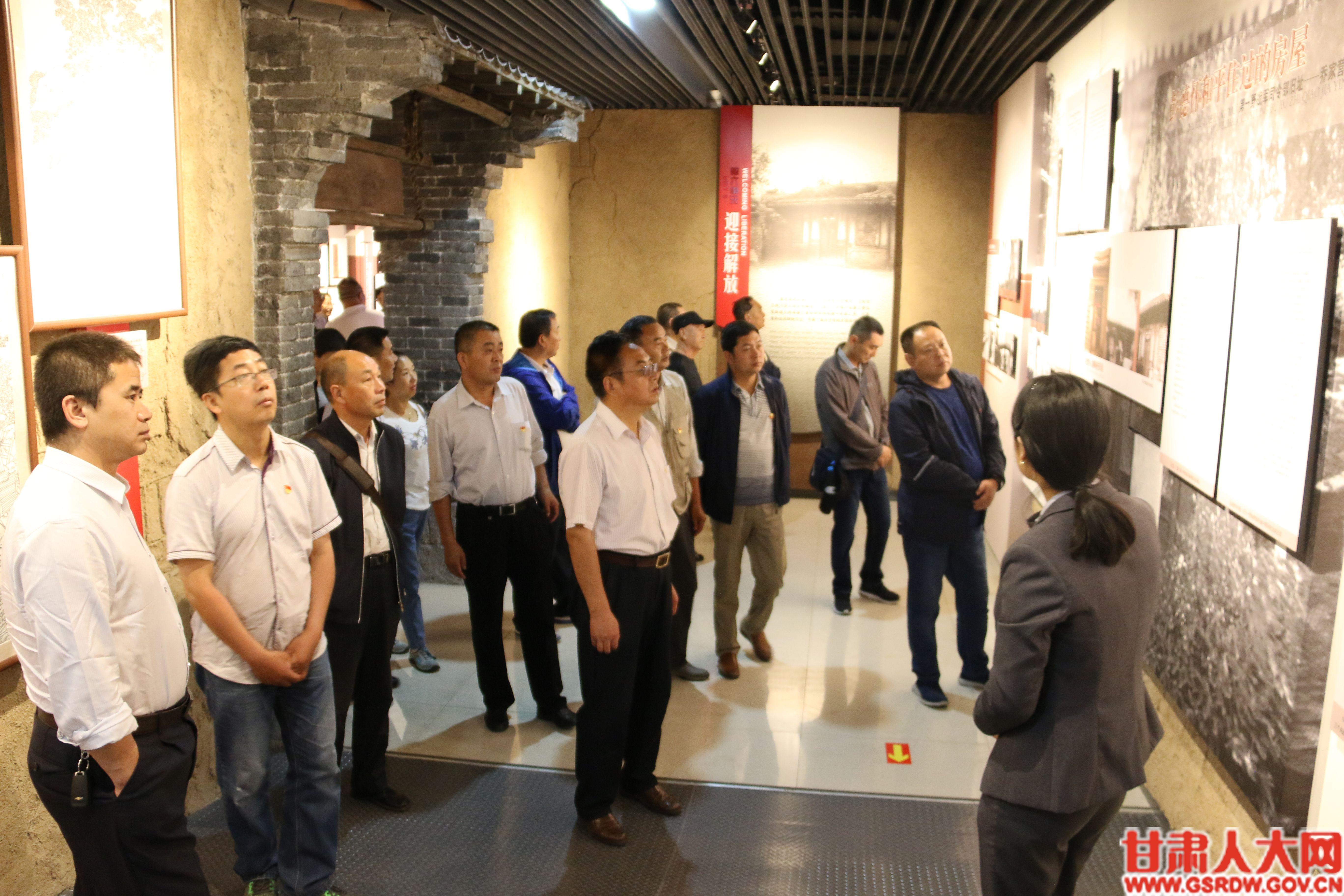 7月5日,省人大常委会办公厅行政保卫处党支部和车辆科党支部参观了张一悟纪念馆