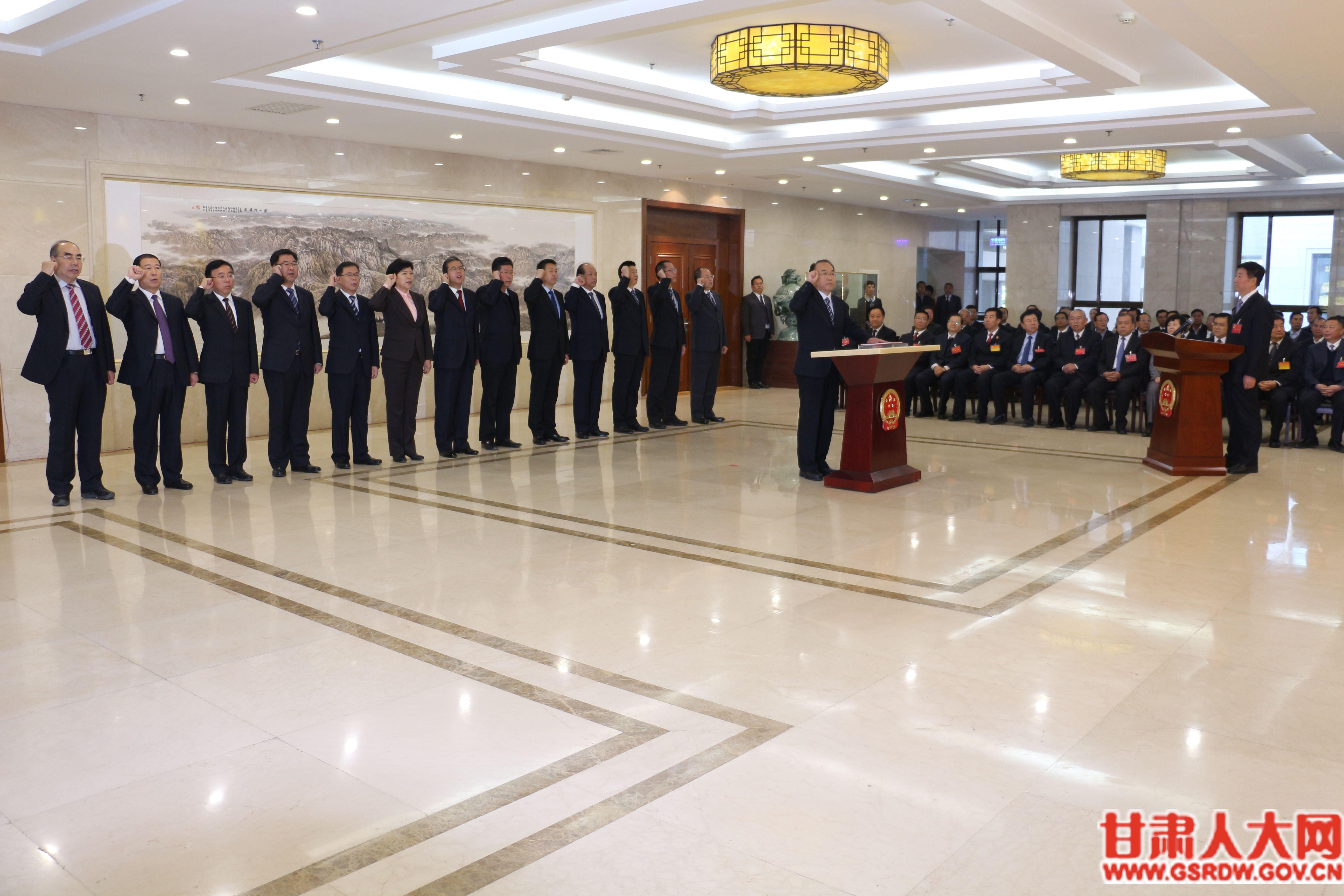 省十三届人大常委会第六次会议举行宪法宣誓仪式