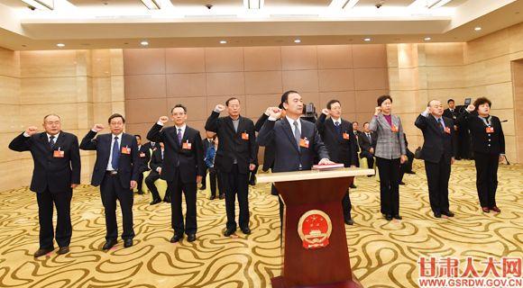 1月29日下午,省十三届人大二次会议举行宪法宣誓仪式