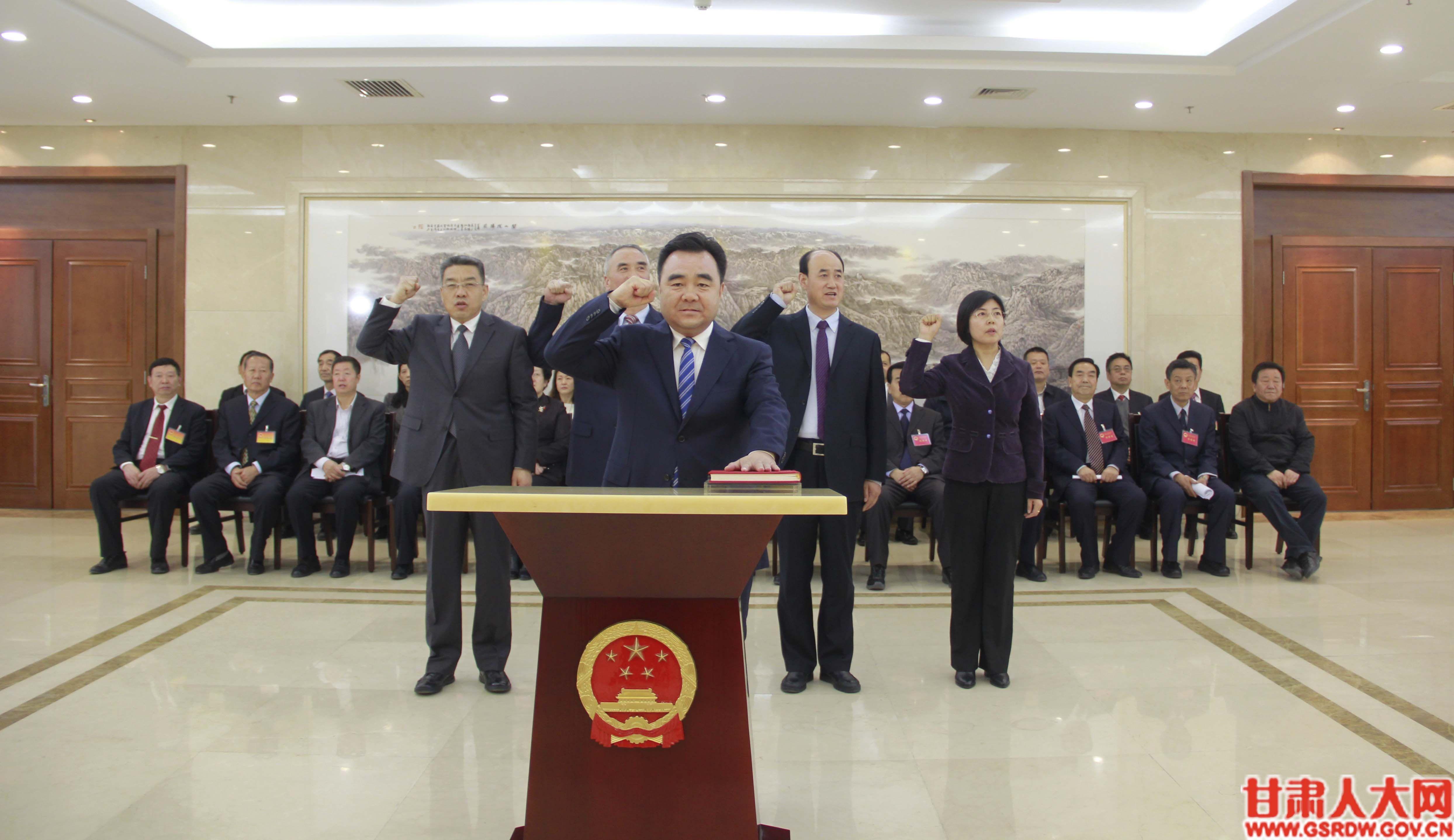 3月28日,省十三届人大常委会第九次会议举行宪法宣誓仪式。