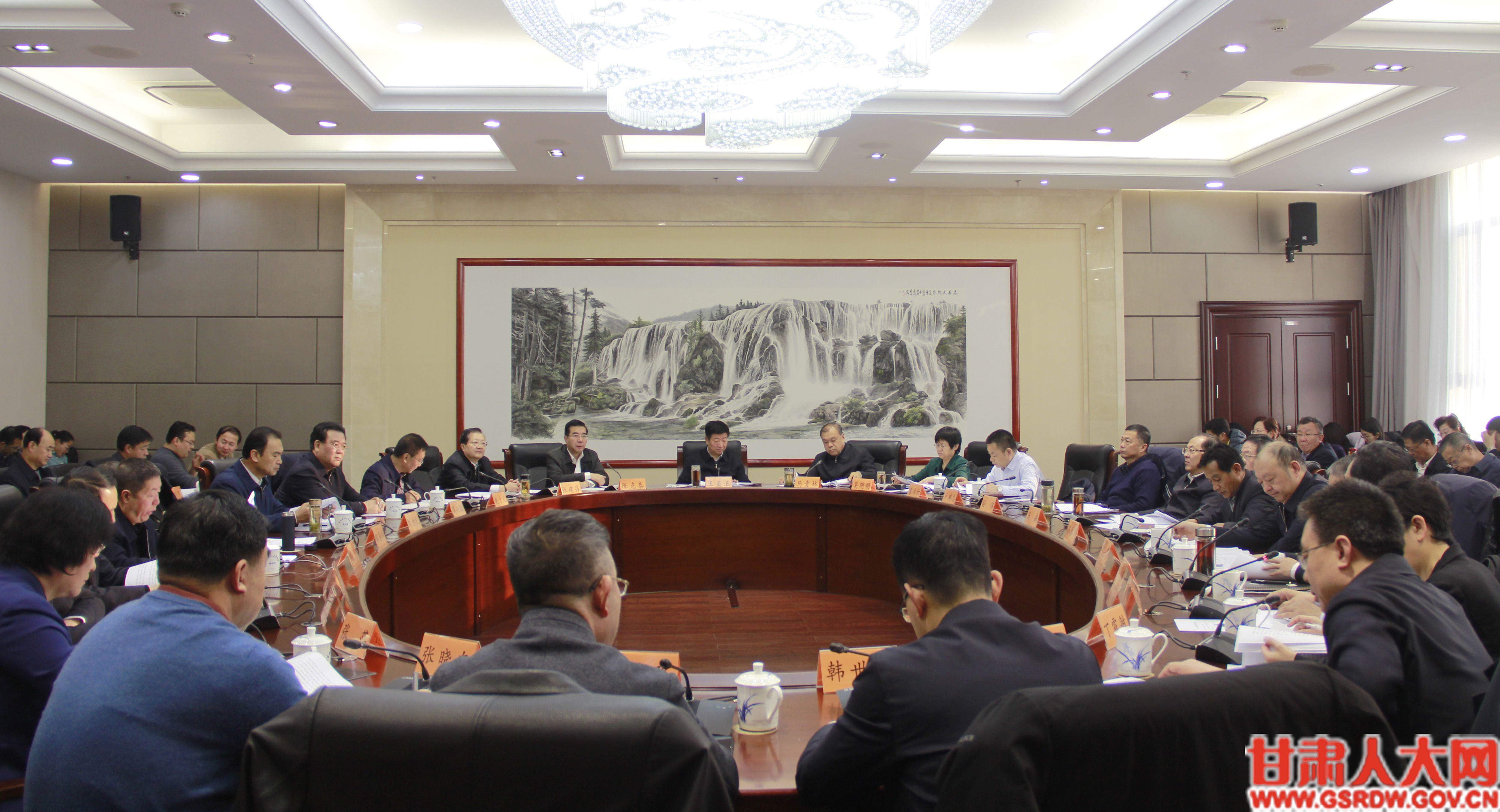 12月4日,省人大常委会召开第六个国家宪法日座谈会