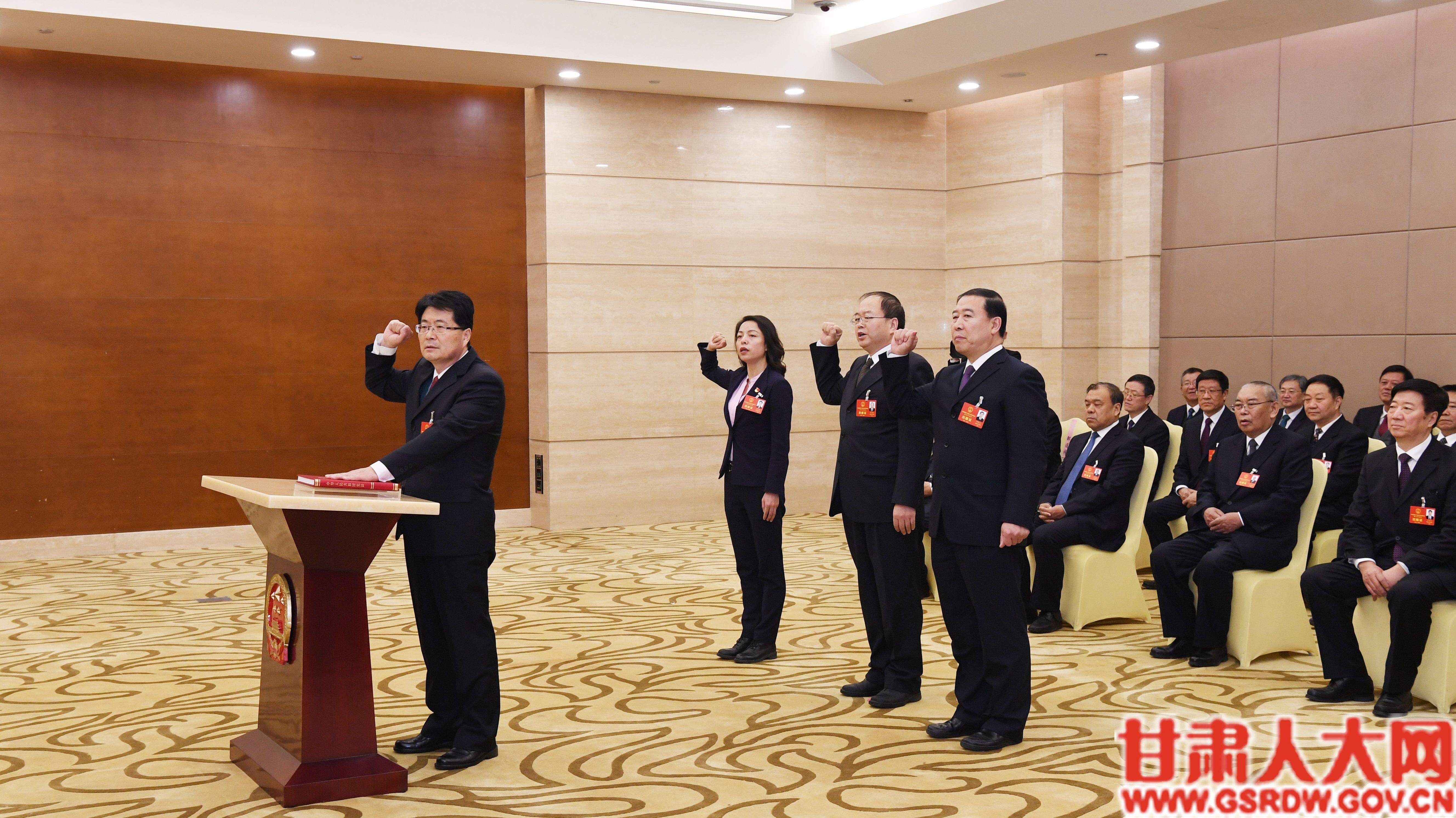 1月14日上午,省十三届人大三次会议举行宪法宣誓