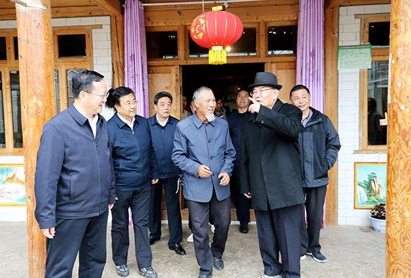 5月7日,嘉木样·洛桑久美·图丹却吉尼玛在临潭县开展脱贫攻坚帮扶工作