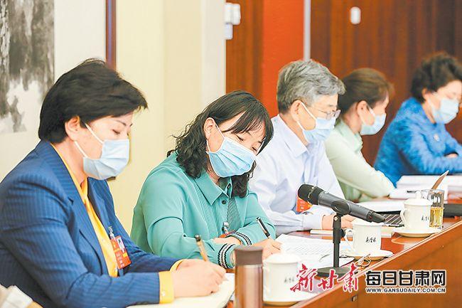 5月22日下午,十三届全国人大三次会议甘肃代表团在驻地举行全体会议,审议政府工作报告