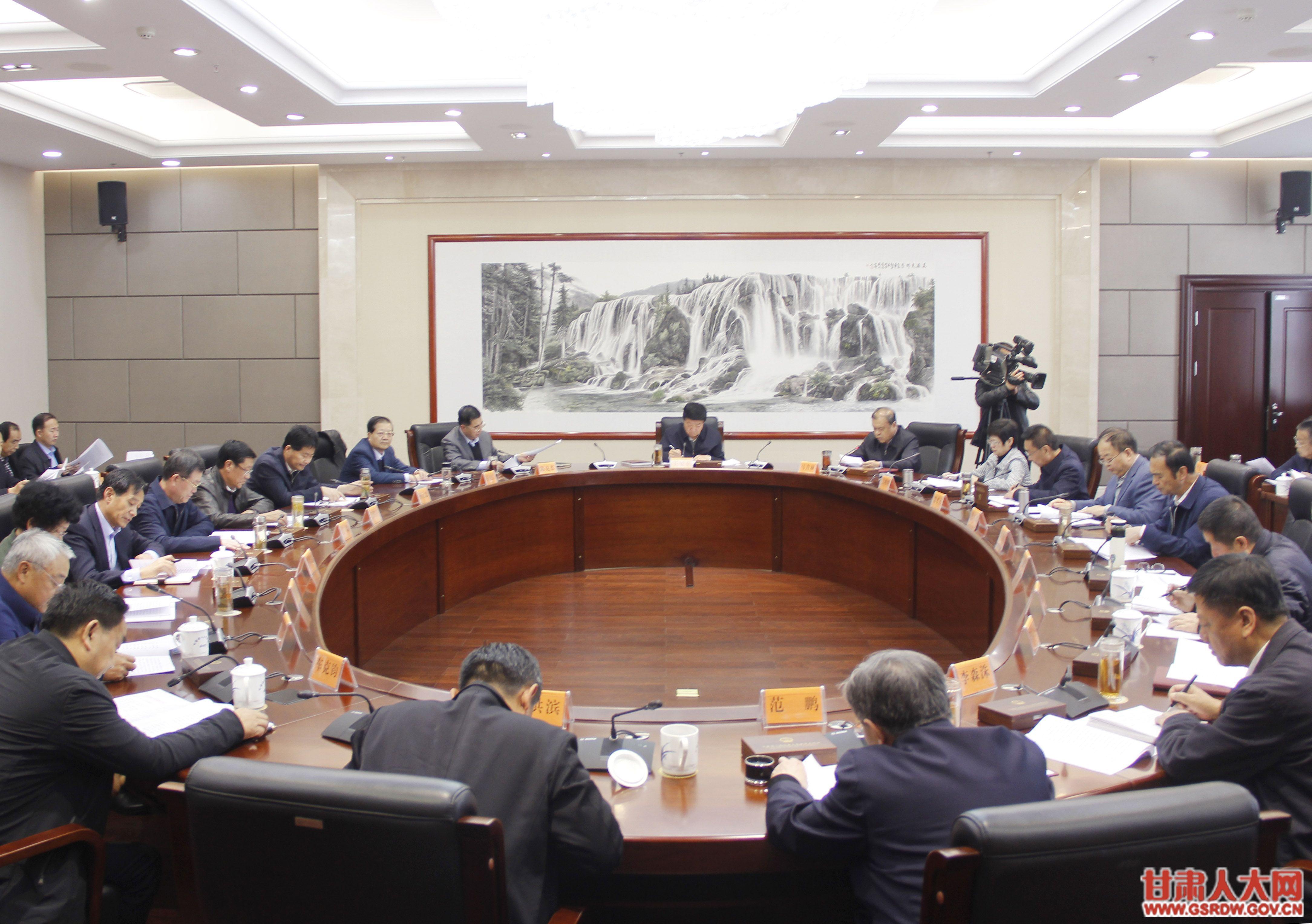 11月2日,省人大常委会党组召开扩大会议,专题学习党的十九届五中全会精神,按照省委部署要求,研究省人大常委会及机关的学习贯彻工作