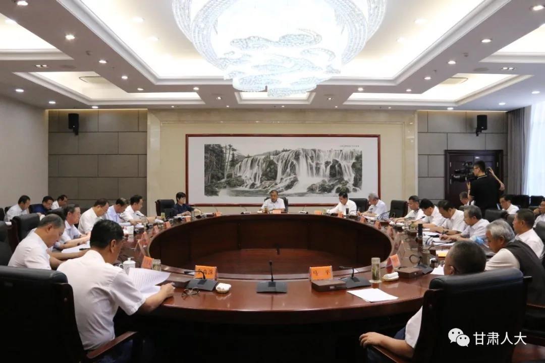 7月6日下午,省人大常委会召开党组(扩大)会议暨理论学习中心组学习会议