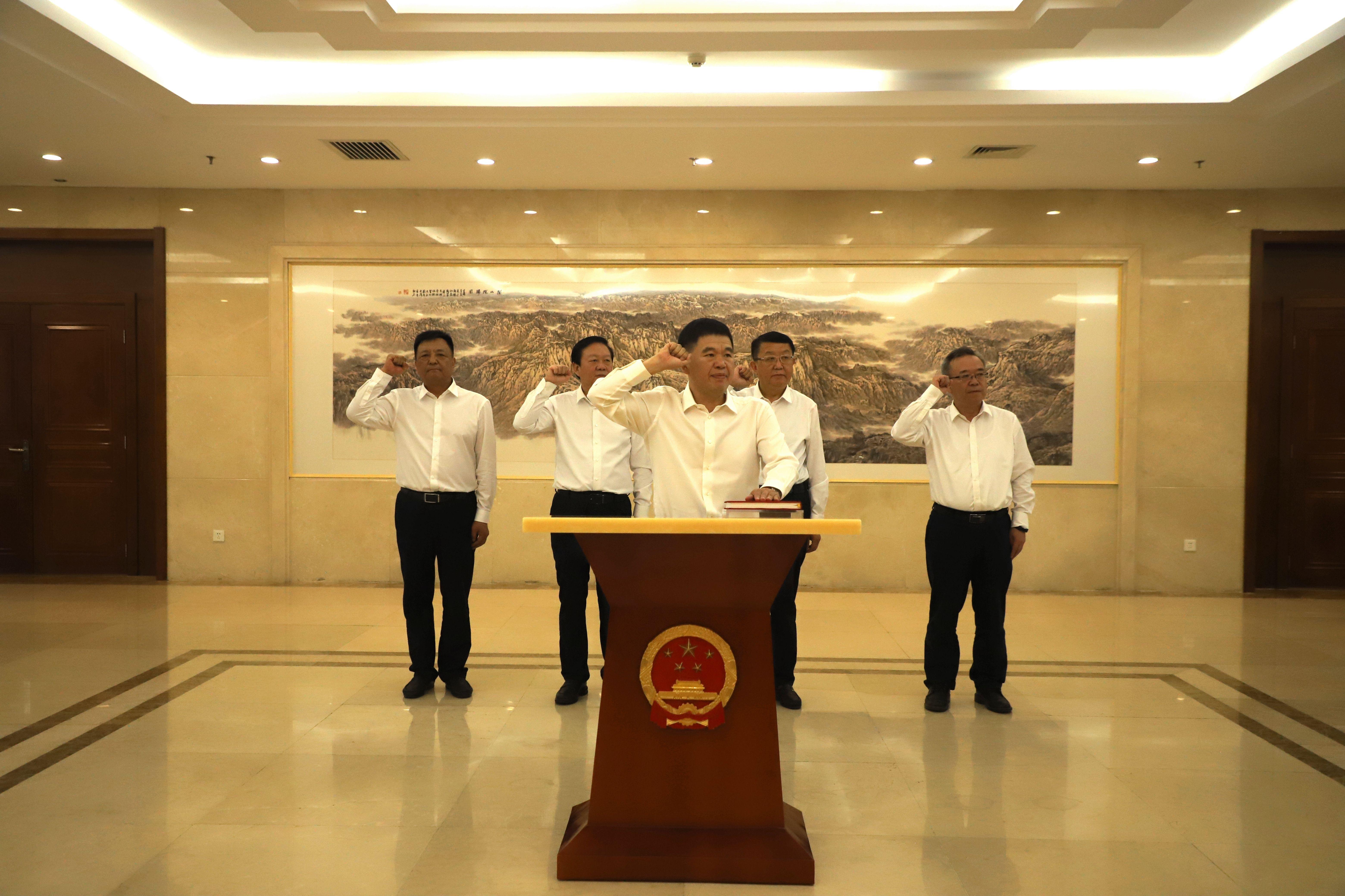省十三届人大常委会第二十五次会议举行宪法宣誓仪式
